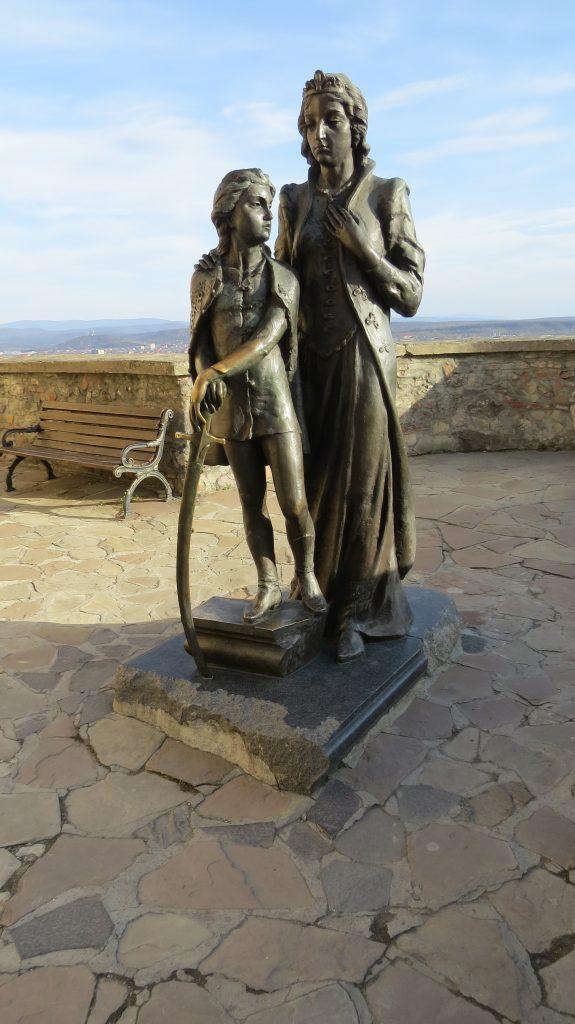 2. KÉP Zrínyi Ilona és kis Rákóczi Ferenc szobra a munkácsi várban