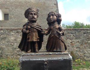 4. KÉP Zrínyi Ilona és Thököly Imre mini szobra a munkácsi várban